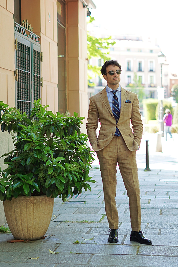 traje beige para hombre
